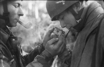 Fallschirmjäger, rauchend.jpg
