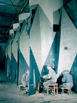 Gefangene des Konzentrationslagers Mittelbau-Dora bei der Montage der V2-Rakete.jpg