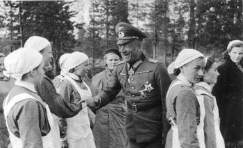 Generaloberst von Falkenhorst mit Schwestern der finnischen Lotta Svard.jpg