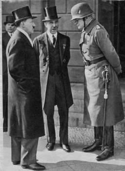 Hitler, von Papen y von Blomberg - 1933.jpg