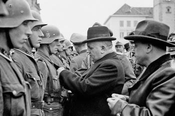 Jozef Tiso 31. októbra 1944 vyznamenáva v Banskej Bystrici nemeckých vojakov, ktorí potlačili povstanie.jpg