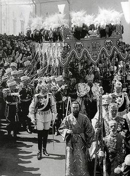 Kejsar Nikolaj II_s kröning i Moskva 1896. Framför kejsaren går Chevaliergardets officerare Gustaf Mannerheim.jpg