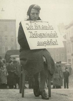 NS-rassenschande-terror-dt-frau-ausgestossen-m-schild-Altenburg- 1942.jpg