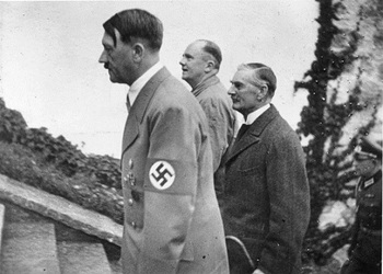 Premierminister Chamberlain beim Führer_dazwischen Gesandtschaftsrat Dr. Schmidt.jpg