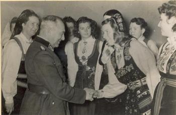 Reichsarbeitsführer Hierl empfängt Angehörige des weiblichen norwegischen Arbeitsdienstes.jpg