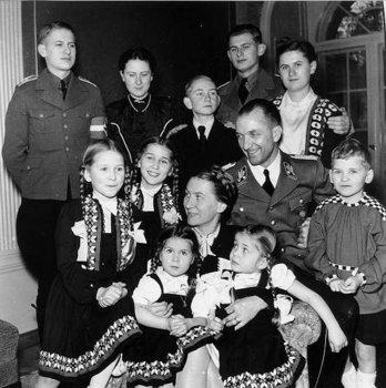 Reichsfrauenführerin Gertrud Scholtz-Klink mit ihrer Familie_August Heißmeyer.jpg