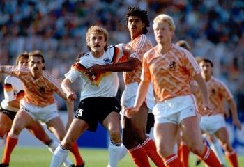 Rudi Völler (Mitte links) und Frank Rijkaard (Mitte rechts) – schon im Halbfinale der UEFA Europameisterschaft 1988.jpg