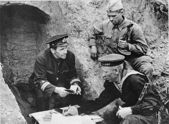 Sowjetische Soldaten erhalten Parteidokumente.jpg
