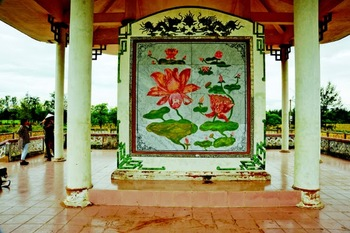 The marble with paintings of lotuses, covering the original memorial statue in Ha My, Vietnam.jpg