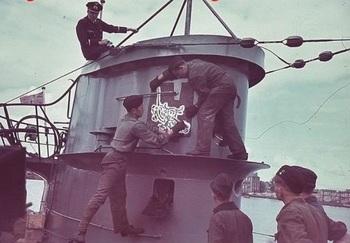 U-46 Mise en peinture de l'emblème de la 7e Flottille.jpg