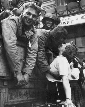 americanSoldier_kiss_frenchWoman_parisLiberation_august1944.jpg