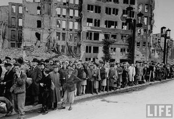 berliners_bus_stop_1945.jpg