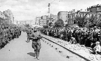 ukraine-ww2-1943-44-german-pow-street-kiev.JPG